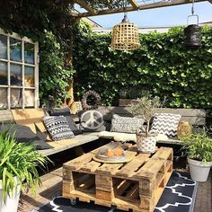 Patio space with pallet style table and rattan light fittings rita сад, меб Small Backyard Patio, Backyard Patio Designs, Backyard Pergola, Backyard Landscaping, Backyard Waterfalls, Backyard Ponds, Pergola Kits, Reforma Exterior, Ideas Para Decorar Jardines