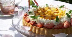 Sommerdrøm med rabarbra. Deilig og enkel rabarbrakake fra Melk.no Pasta Salad, Cobb Salad, Grandmas Garden, Pudding Desserts, Camembert Cheese, Mango, Ethnic Recipes, Party, Food