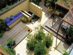 Break Up the Mundane The arrangement of elements — raised decks, walls and plantings — in this small garden breaks up an otherwise dull rectangular plot, and creates different spatial and textural effects Small Yard Design, Big Design, Design Ideas, Hardscape Design, Patio Chico, Ideas De Piscina, Design Cour, Verge, Backyard Landscaping