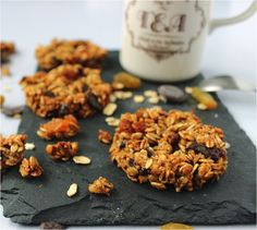 La recette des biscuits aux flocons d'avoine   La ligne gourmande - flocons d'avoine - sucre complet - raisins secs - jus de pomme - noisettes concassées - chocolat noir