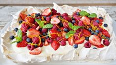 Og pavlova i langpanne fylt med deilig vaniljekrem og toppet med friske bær er ypperlig å servere når du venter mange gjester. Meringue Desserts, Fun Desserts, Healthy Party Snacks, Danish Dessert, Cake Recipes, Dessert Recipes, Norwegian Food, Scandinavian Food, Anna Pavlova