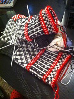 Lidt Mere End Halvvejs - Halvvejs Lidt Lidt - Diy Crafts - bobcik Mittens Pattern, Knit Mittens, Knitted Gloves, Knitting Socks, Hand Knitting, Knitting Charts, Knitting Stitches, Knitting Patterns, Fingerless Mitts
