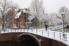 Zo mooi Amsterdam in de winter. Good Old Times, Amsterdam City, City Architecture, Beautiful Places In The World, Winter Scenes, Old Town, Netherlands, Holland, Dutch
