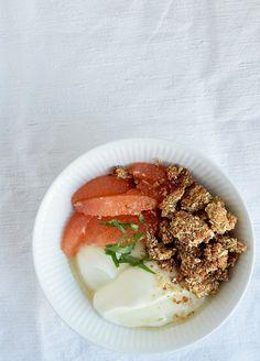 Peanutbutter müsli er en sød og sprød müsli, der kan gøre selv den største morgenmadskritiker lykkelig. Serveret sammen med græsk yoghurt, akaciehonning, grape og mynte, så har du den bedste morgen…