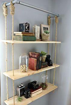 DIY étagère suspendue. A fabriquer soi-même avec des tuyaux de plomberie, des planches de bois et des cordes.