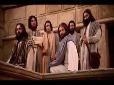 """Jesús enseñaba a la multitud: """"Cuídense de los escribas, a quienes les gusta pasearse con largas vestiduras, ser saludados en las plazas y ocupar los primero..."""