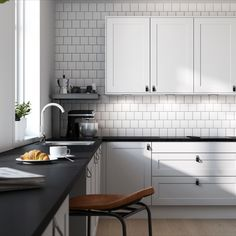 Kjøkkenklassiker i moderne design. Frontene har ramtre og slett fylling. Format fungerer godt i både en tradisjonell stil og i en mer moderne innredningsløsning.