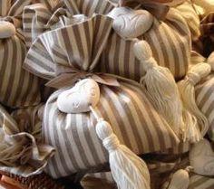 Cuore in ceramica con nappa per chiave armadio.