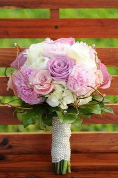 Bouquet de novia en tonos pastel blanco + rosados + lilas / #Wedding