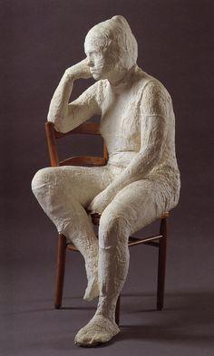 George Segal (1924-2000) Donna seduta, 1967. Gesso monocromo. Collezione privata. L'artista americano legato alla Pop Art ha creato sculture a grandezza naturale di persone comuni dell'epoca moderna impegnate a stare nelle pose della vita di tutti i giorni e nei luoghi più comuni, come bagni, tram, panchine.