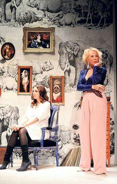 Η αξεχαστη ΖΩΗ ΛΑΣΚΑΡΗ με την αγαπημενη της κορη ΜΑΡΙΑ-ΕΛΕΝΗ ΛΥΚΟΥΡΕΖΟΥ στην κοινη τους εμφανιση στο θεατρο