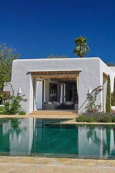 Tuscan style – Mediterranean Home Decor Mediterranean Architecture, Mediterranean Style Homes, Modern Architecture, Style At Home, Moderne Pools, Tuscan Style, Design Consultant, Outdoor Living, New Homes