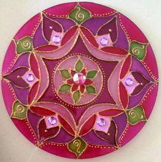 Mandala em acrílico de 15cm de diâmetro, pintura vitral, decorada com tinta relevo dourada e pedrinhas acrílicas em ambos os lados.