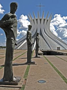 The cathedral of Brasilia, Brazil is a crown with 16 rays. The apostles guard the entrance, by Osxar Niemeyer, 1970, designed as a sun with 16 rays, and a church tower with a pentadent on top. Astrogeographic position: in the emotional, royal, individualistic and 5th (pentadent) zodiac sign Leo the sign of the Sun and of light. The 2nd coordinate is in the spiritual, mystic water sign Pisces the most important indicator for temples. Valid for field level 4.