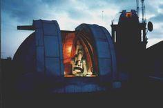 Erleben Sie die faszinierende Welt der Astronomie. Über 40 Projektoren in einer Kugelsphäre machen den Sternenhimmel zu einem berauschenden Erlebnis. Besuchen Sie uns bei einer unserer regelmäßigen Öffentlichen Führungen oder als Gruppe nach Terminabsprache. Die Sternwarte im Gymnasium Blücherstrasse in Köln-Nippes wurden zwischen 1960 und 1963 errichtet. Ein sehr grosser Teil der Anlage - einschliesslich der Fernrohre und Kuppeln - wurde von ehemaligen Schülern in ihrer Freizeit erbaut…