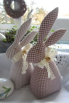 Easter bunnies - Easter bunny couple in country house style - a designer piece by Feiner . - Easter Bunnies – Easter bunny couple in country style – a unique product by Feinerlei on DaWand - Happy Easter, Easter Bunny, Easter Eggs, Bunny Crafts, Easter Crafts, Fabric Toys, Fabric Crafts, Spring Crafts, Holiday Crafts