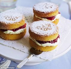 Mini Victoria sponge cakes Little delights: These mini cakes are fit for royal consumption.Little delights: These mini cakes are fit for royal consumption. Mini Desserts, Just Desserts, Dessert Recipes, Tea Party Desserts, Tea Party Cakes, Tea Party Recipes, Tea Snacks, Picnic Recipes, Holiday Desserts