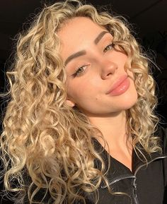 Picture of Charly Jordan Hair Day, New Hair, Blonde Hair Looks, Blonde Curls, Wavy Hair, Blonde Curly Hair Natural, Dyed Curly Hair, Hair Goals, Hair Inspiration