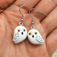 Polymer Clay Hedwig Earrings Harry Potter by PasticheAccessories Polymer Clay Owl, Diy Fimo, Polymer Clay Animals, Polymer Clay Projects, Polymer Clay Earrings, Clay Crafts, Bijoux Harry Potter, Harry Potter Owl, Fimo Kawaii