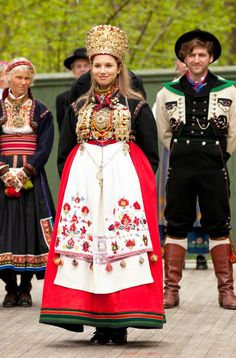 Traditional wedding dresses for bride and groom, In Norway the bride traditionally wore a crown. Usually made from silver or brass Traditional Fashion, Traditional Outfits, Costumes Around The World, Traditional Wedding Dresses, Wedding Costumes, Ethnic Dress, Folk Costume, Ethnic Fashion, Headdress