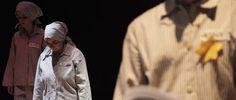 Foto: Una scena dello spettacolo «Se questo è un uomo», riduzione scenica dell'omonimo romanzo di Primo Levi, andato in scena al teatro Sociale di Busto Arsizio nella serata di mercoledì 27 gennaio 2016 per iniziativa dell'associazione culturale «Educarte». Foto: Danilo Menato