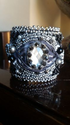 Bracciale rigido con seta shibori, swarovski, rivoli swartovski, perline metalliche, realizzato con la tecnica embroderi : Braccialetti di giujoux