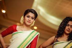Kerala Saree Blouse Designs, Bridal Blouse Designs, Set Saree, Saree Dress, Traditional Silk Saree, Traditional Dresses, Kasavu Saree, Costumes Around The World, White Saree