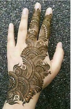 Here are simple mehndi designs for hands, which are really attractive and stunning. These mehndi designs are easy to apply for everyone. Pakistani Mehndi Designs, Dulhan Mehndi Designs, Mehandi Designs, Mehendi, Mehndi Designs Feet, Modern Mehndi Designs, Mehndi Designs For Girls, Mehndi Design Photos, Latest Mehndi Designs
