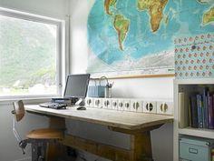 Dette stilige hjemmekontoret har smarte, sm� bokser for oppbevaring av sm�ting, og st�rre bokser for store ting. Verdenskartet p� veggen er et gammelt skolekart, og fungerer n� som veggkunst.