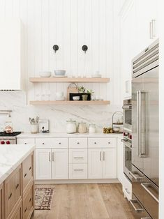 Modern Lake House: Kitchen Nook Like the clean lines and bright feeling of this space. Lots of light colors The post Modern Lake House: Kitchen Nook appeared first on Architecture Diy. Two Tone Kitchen Cabinets, Kitchen Cabinet Colors, Kitchen Nook, Home Decor Kitchen, Interior Design Kitchen, Diy Kitchen, Home Kitchens, Kitchen Designs, Boho Kitchen