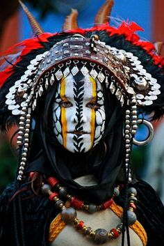Let these 17 examples of cultural face paint remind you how elaborate and beautiful body art is. Cara Tribal, Tribal Face, We Are The World, People Around The World, Around The Worlds, Cultures Du Monde, World Cultures, Tribal People, Interesting Faces