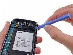 Schritt 15 -       Fügen Sie das Öffnungswerkzeug aus Kunststoff außerhalb des Lautsprecher-Bereichs ein.      Hebeln Sie vorsichtig die Kopfhörerbuchse / Lautsprecher von der Vorderseite.