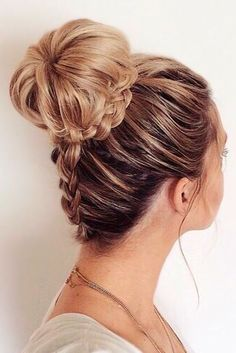 What's the Difference Between a Bun and a Chignon? - How to Do a Chignon Bun – Easy Chignon Hair Tutorial - The Trending Hairstyle Pretty Hairstyles, Easy Hairstyles, Wedding Hairstyles, Quinceanera Hairstyles, Hairstyle Ideas, Amazing Hairstyles, Hairdos, Cute Hairstyles For Prom, Birthday Hairstyles