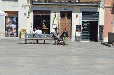Plaza del Sol Gracia.  Love it´s in the air... PARES  busqueda de privacidad en el mismo asiento
