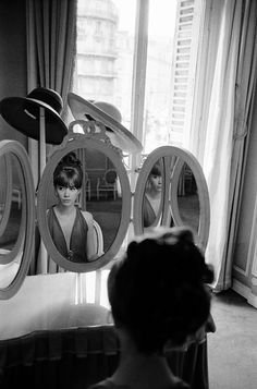 Françoise Hardy changes her look // Invited by Paris Match to pose for the cover of the magazine // Photo by Jean-Claude Sauer // March 1963