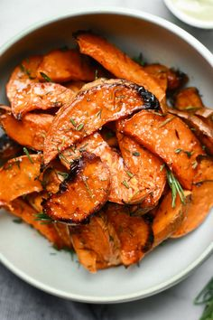Irresistible Honey-Roasted Sweet Potato Wedges - These delicious oven roasted healthy sweet potatoes with honey are baked to perfection and top the charts for sweet potato recipes. Crispy and soft, a Veggie Dishes, Vegetable Recipes, Food Dishes, Vegetarian Recipes, Cooking Recipes, Healthy Recipes, Sweet Potato Recipes Healthy, Side Dishes, Baked Potato Recipes