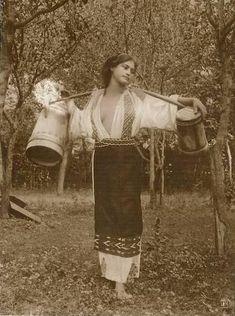 Romanian Gypsy, Romanian Women, Romania People, Julia Margaret Cameron, Dark Ages, Vintage Beauty, Historical Photos, Old Photos, Folk