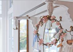 Romantik im Hausflur von Haus Midsommer.  #ShabbyChic #VintageStyle #Midsommer Vintage Stil, Shabby Chic, Vintage Fashion, Victorian, Wreaths, Home Decor, Style, Decorating Ideas, Swag