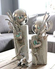KL26 - Zweierset kleine Holzsäulen, gebeizt und weiß gebürstet, natürlich dekoriert mit einer großen Edelstahlkugel und Herz! Preis Säule klein 29,90 - Säule groß 34,90€