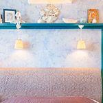 альня хозяйки имеет отголосок русскости в интерьере. Сложный светло-синий цвет стен, Павловопосадский платок на покрывале в сочетании с ситцевым текстилем напоминает усадебные дома провинциальных дворян. Маленькая комната вместила в себя всё необходимое, а зеркала со шторами закамуфлировали довольно вместительную мини- гардеробную.