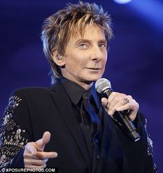 Barry Manilow. Love the jacket... love his style. That is what a performer should look like. :)