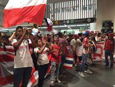 AUTORIDADES IMPIDEN A CHIVAS CONVIVIR CON SU AFICIÓN Debido a que cerca de mil aficionados abarrotaron el Aeropuerto Internacional de la Ciudad de México, las autoridades pidieron al equipo salir por otra puerta y no tener contacto con los seguidores.