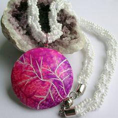 Sněhobílá paráda Tento originální náhrdelník je vyrobený z polymerové hmoty, zavěšený na korálkové háčkované spirále, zakončené magnetickým zapínáním. Působí velice elegantně, slavnostně a něžně. Pro romantické duše je jako stvořený. Krásně se bude vyjímat na jednobarevném svetříku, halence apod. Vhodný třeba jako originální dárek pod stromeček.