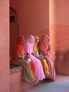 Rajasthan, India - Women inside the gate of the Junagarh Fort in Bikaner. Photo : Gerben of the Lake