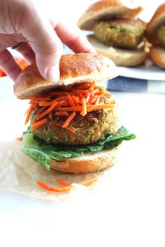 Enjoy the flavors of Asian food in this healthy, vegetarian dish. These Asian Quinoa Burgers are full of vegetables, flavor and protein! Top Recipes, Healthy Dinner Recipes, Healthy Snacks, Breakfast Recipes, Vegetarian Recipes, Healthy Eating, Burger Recipes, Delicious Recipes, Burger Ideas