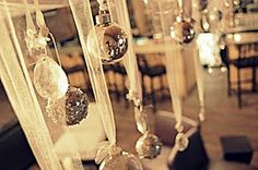 Christmas Window Decor Ideas that can make your home look picture perfect - Saudos Christmas Tops, Christmas And New Year, All Things Christmas, Christmas Balls, Christmas Windows, Christmas Ideas, White Christmas, Christmas Ornaments, Merry Christmas