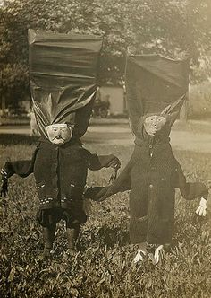 16 creepy vintage Halloween costumes which will make you want to claw your face off in terror - Us Vs Photos D'halloween Vintage, Vintage Halloween Photos, Halloween Pictures, Vintage Photographs, Coastumes Halloween Effrayants, Creepy Halloween Costumes, Crazy Costumes, Homemade Halloween, Halloween Labels