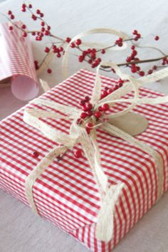 Christmas gift wrapping ideas: white and red Wrapping Ideas, Creative Gift Wrapping, Present Wrapping, All Things Christmas, Christmas Time, Christmas Crafts, Christmas Decorations, White Christmas, Magical Christmas