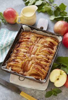 Lige nu er der æbler i haven, og det betyder, at det er tid til æblekage! Danish Cuisine, Danish Food, Delicious Cake Recipes, Yummy Cakes, Dessert Drinks, Desserts, Norwegian Food, Bread Cake, Home Food