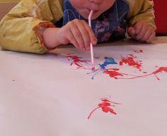 Kinderverf vermengen met water, papier op tafel en druppels verf erop laten vallen en blazen met het rietje, Er ontstaat ware kunst!